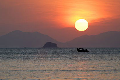 Keywords: Thailand sunset  orange ao nang boat sun