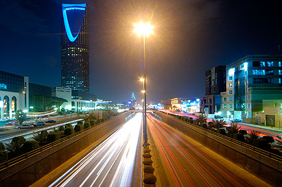 Keywords: Kingdom Tower landscape Riyadh Saudi Arabia night road lights cars